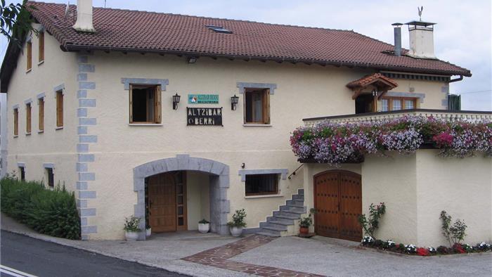 fachada casa rural Altzibar Berri en Gipuzkoa