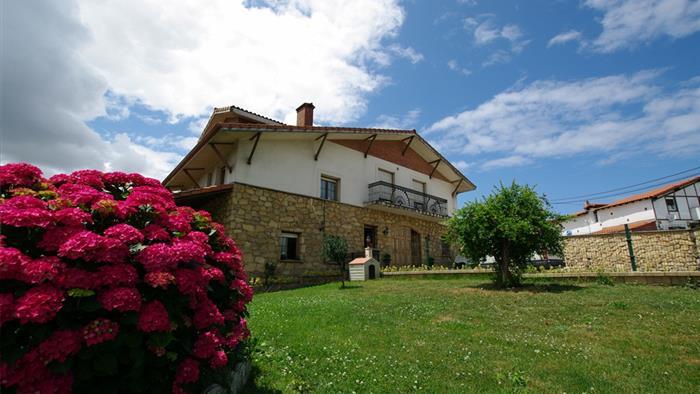 Fachada casa rural Arribeiti-Zarra en Bizkaia