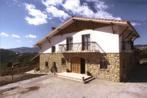 Fachada 2 casa rural Arribeiti-Zarra en Bizkaia