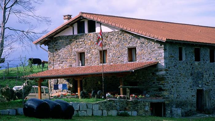 fachada casa rural makaztui en Vizcaya