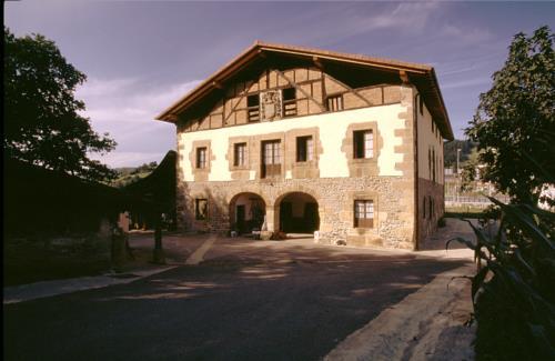 fachada 1 agroturismo murueta baserria en Vizcaya