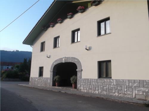 fachada 1 agroturismo orubixe en Vizcaya