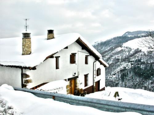 fachada casa rural aterbe en gipuzkoa