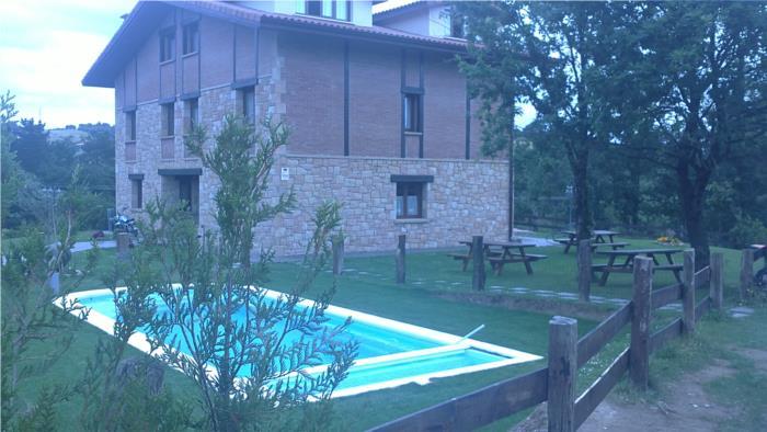 piscina 2 casa rural Eguzkilore en Bizkaia