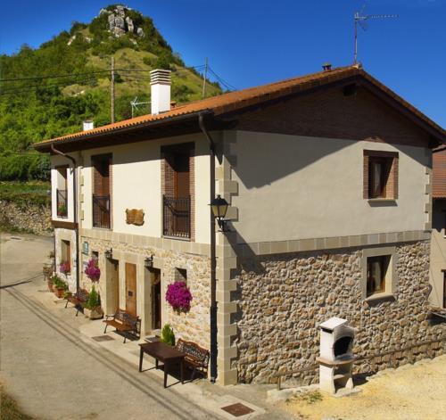 Fachada 1 casa rural Gaztelubidea en Alava