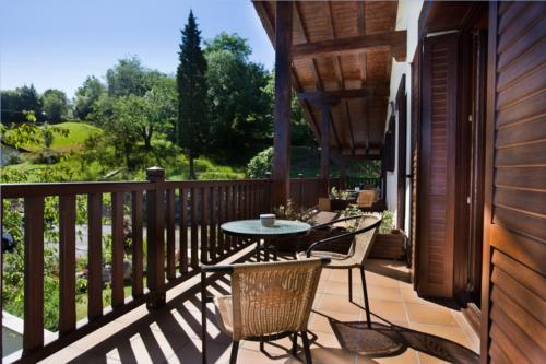 terraza casa rural otxoenea en gipuzkoa