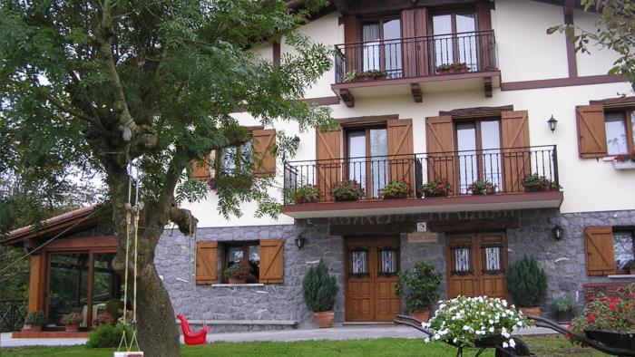 fachada 2 agroturismo Añarre Zarra en Gipuzkoa