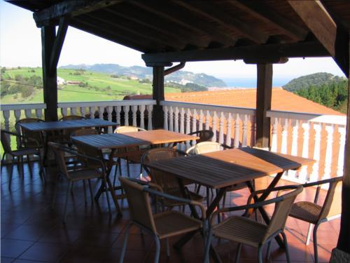 terraza agroturismo landarbide zahar en gipuzkoa