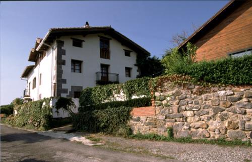 fachada casa rural Ugalde Barri en Bizkaia