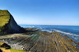 The tidal platform and the flysch cliffs