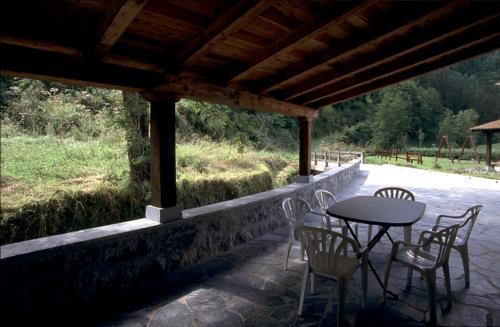 terraza landa-etxea Eleizondo Gipuzkoan