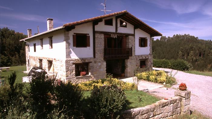 Fachada casa rural Andutza en Bizkaia