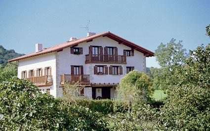 Fachada casa rural Txenduneabe en Gipuzkoa