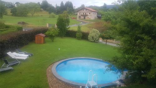 jardín con piscina individual