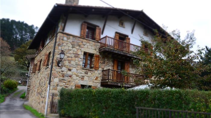 fachada casa rural angoitia en Vizcaya