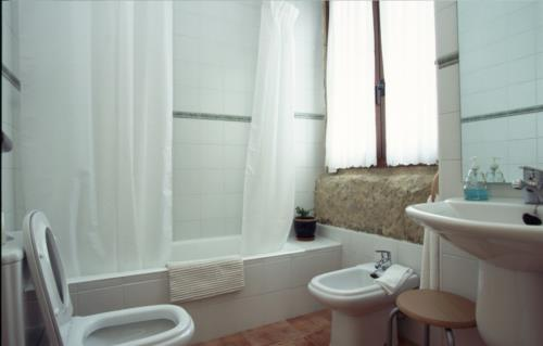 bathroom farm house palacio san narciso in Gipuzkoa