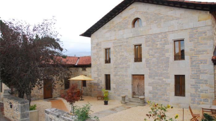fachada casa rural apezetxea en Alava