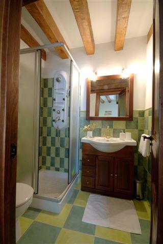bathroom 1 country house zadorra etxea iin Alava