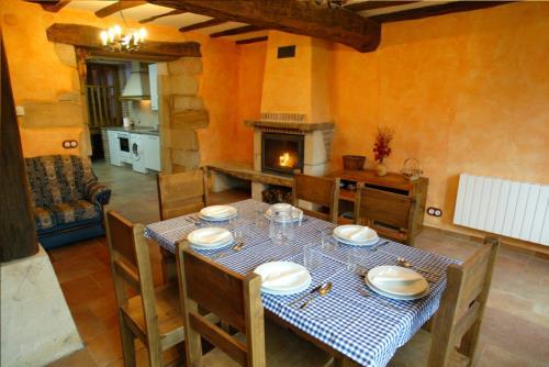 dining room 1 country house sorginetxe in Alava