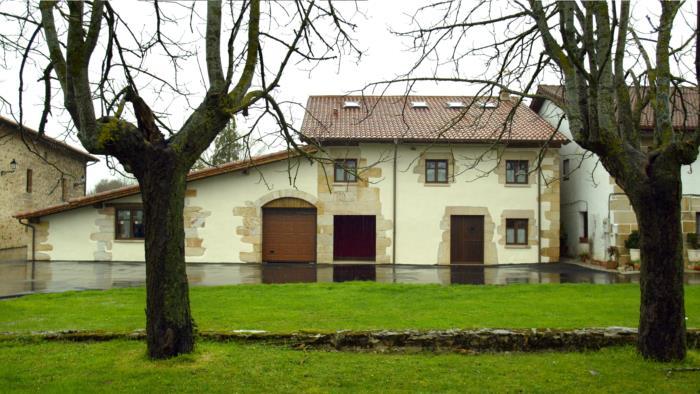 fachada casa rural aitzkomendi en Alava