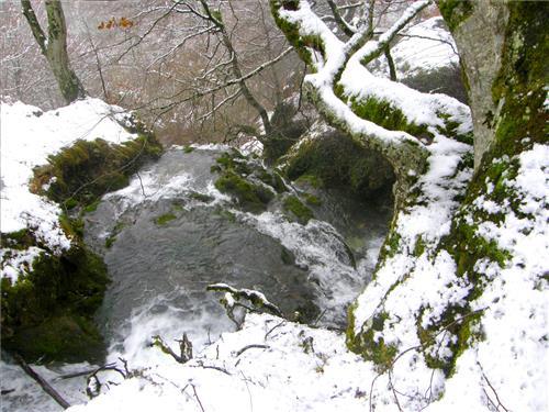 Cascada helada en inmediaciones casa rural Legaire Etxea