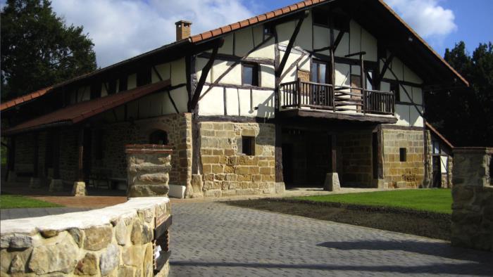 Fachada casa rural Pagaigoikoa en Bizkaia