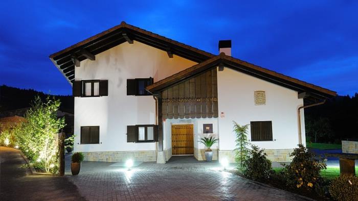 Fachada casa rural Aldori en Bizkaia