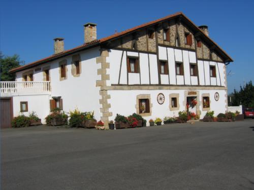 fachada casa rural landarbide zahar 2 en gipuzkoa