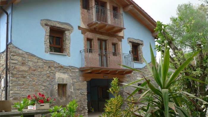 Fachada casa rural Arrizurieta en Bizkaia