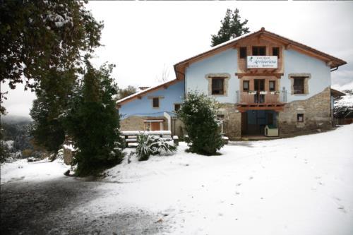 Fachada 2 casa rural Arrizurieta en Bizkaia