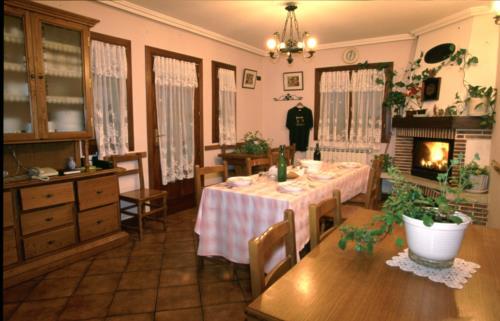 dining room farm house haundikoa in Gipuzkoa